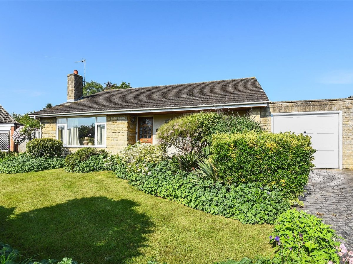 Bungalow for sale in Bicester - Slide 1