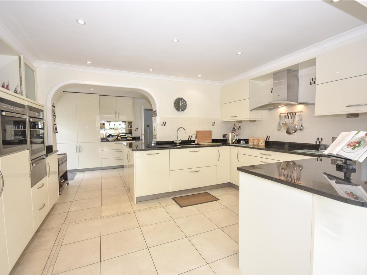 4 bedroom  House - Detached for sale in Leighton Buzzard - Slide 8