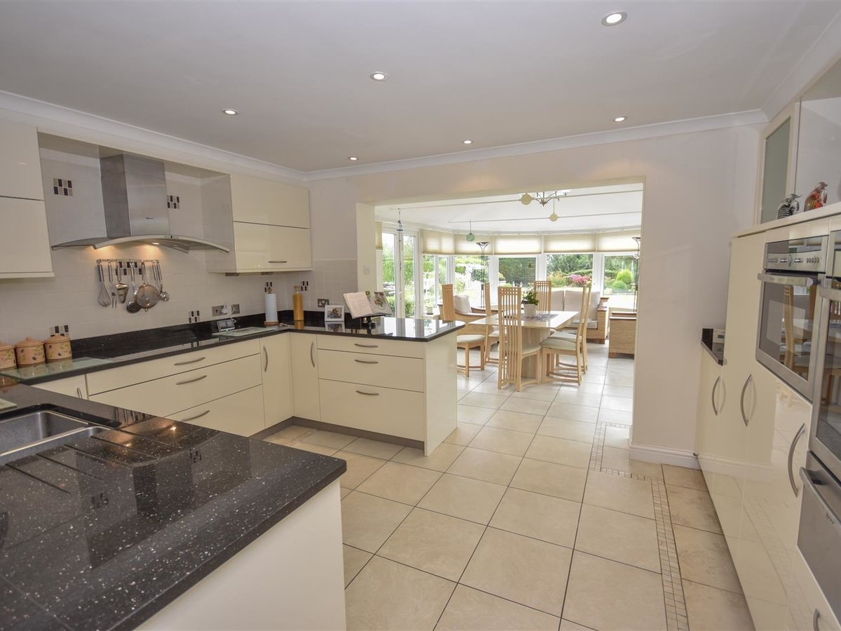 4 bedroom  House - Detached for sale in Leighton Buzzard - Slide 2