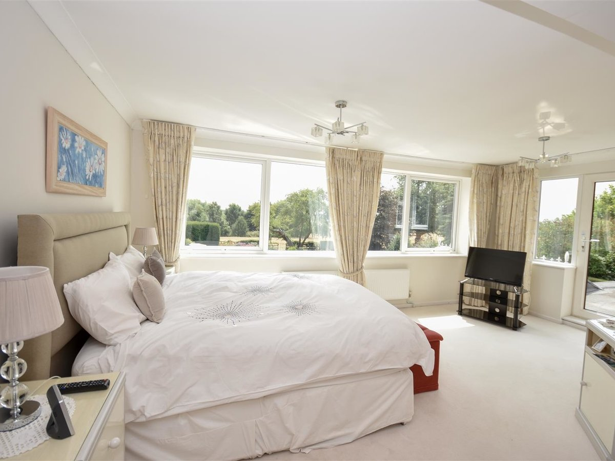 4 bedroom  House - Detached for sale in Leighton Buzzard - Slide 12