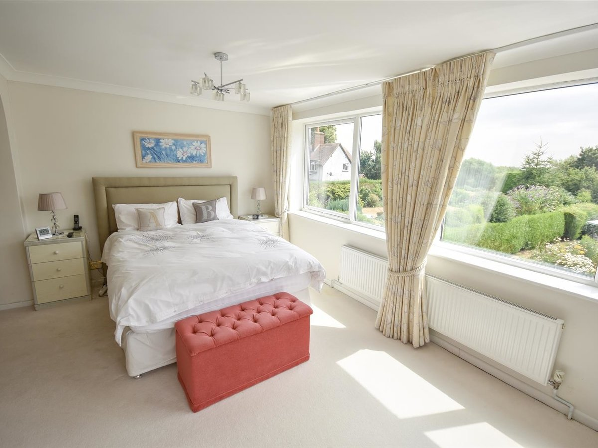 4 bedroom  House - Detached for sale in Leighton Buzzard - Slide 13