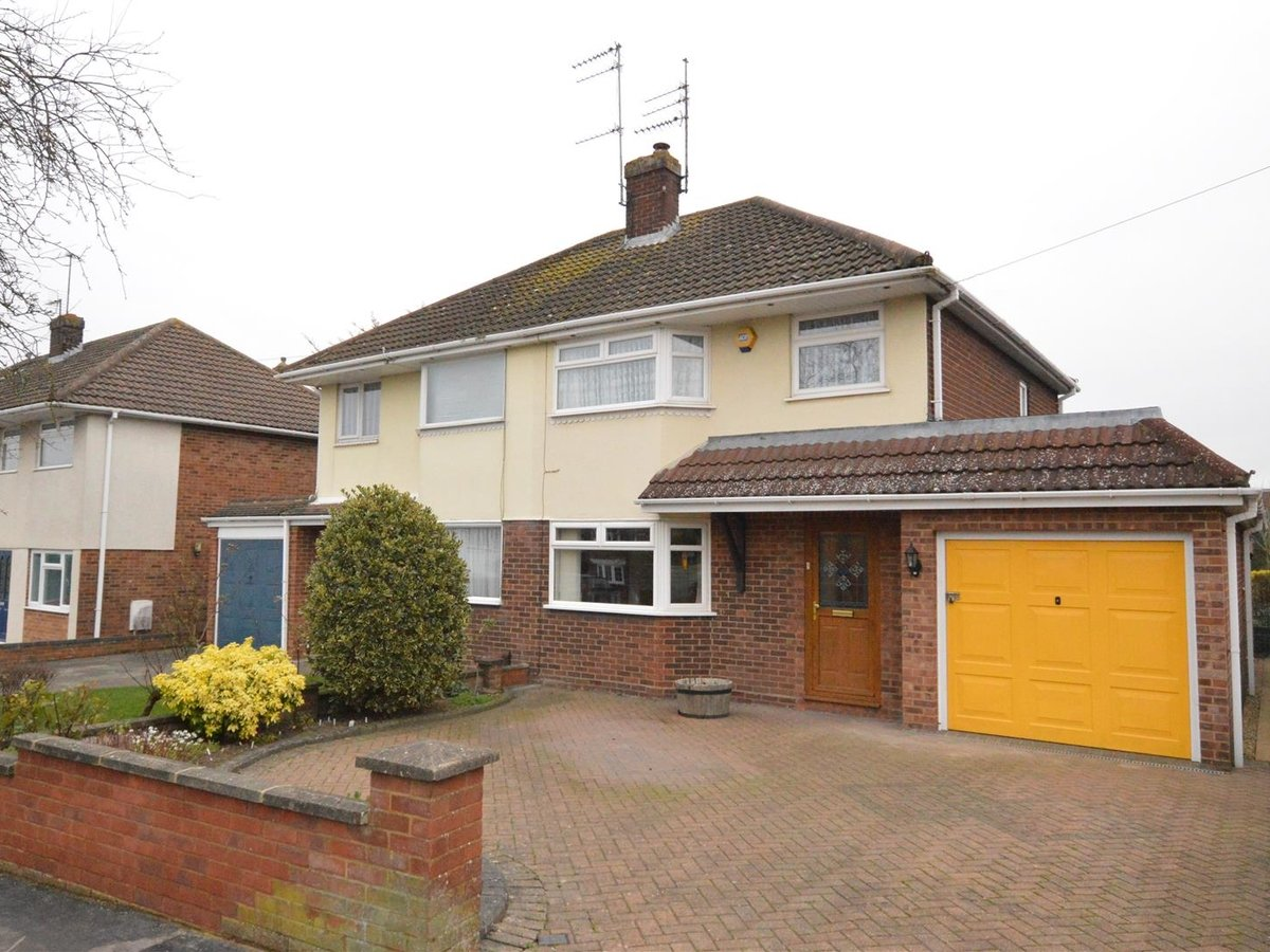 House - Semi-Detached for sale in Dunstable - Slide 1