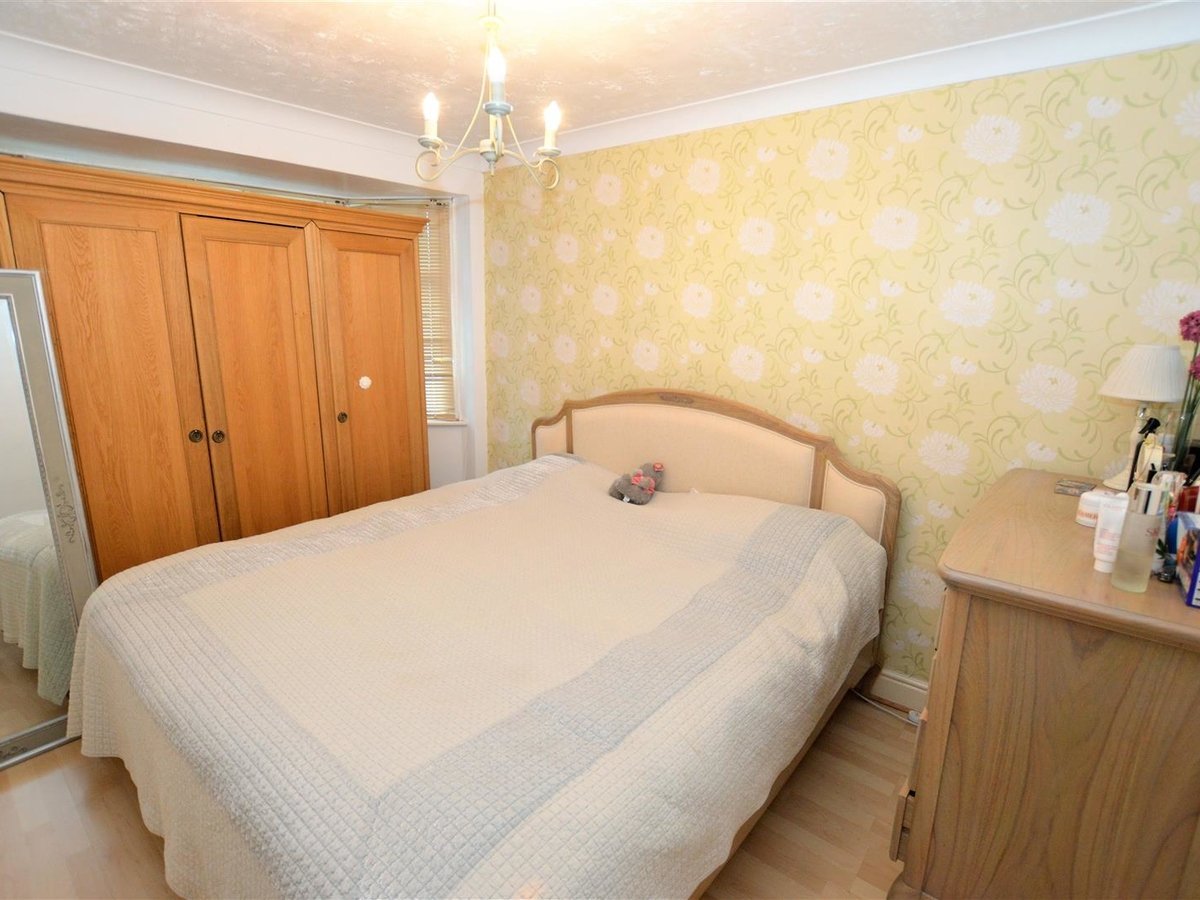 3 bedroom  House - Mid Terrace for sale in Dunstable - Slide 6
