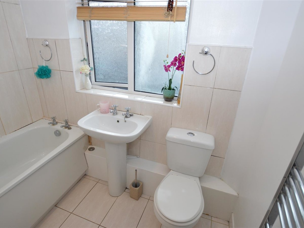 3 bedroom  House - Mid Terrace for sale in Dunstable - Slide 7