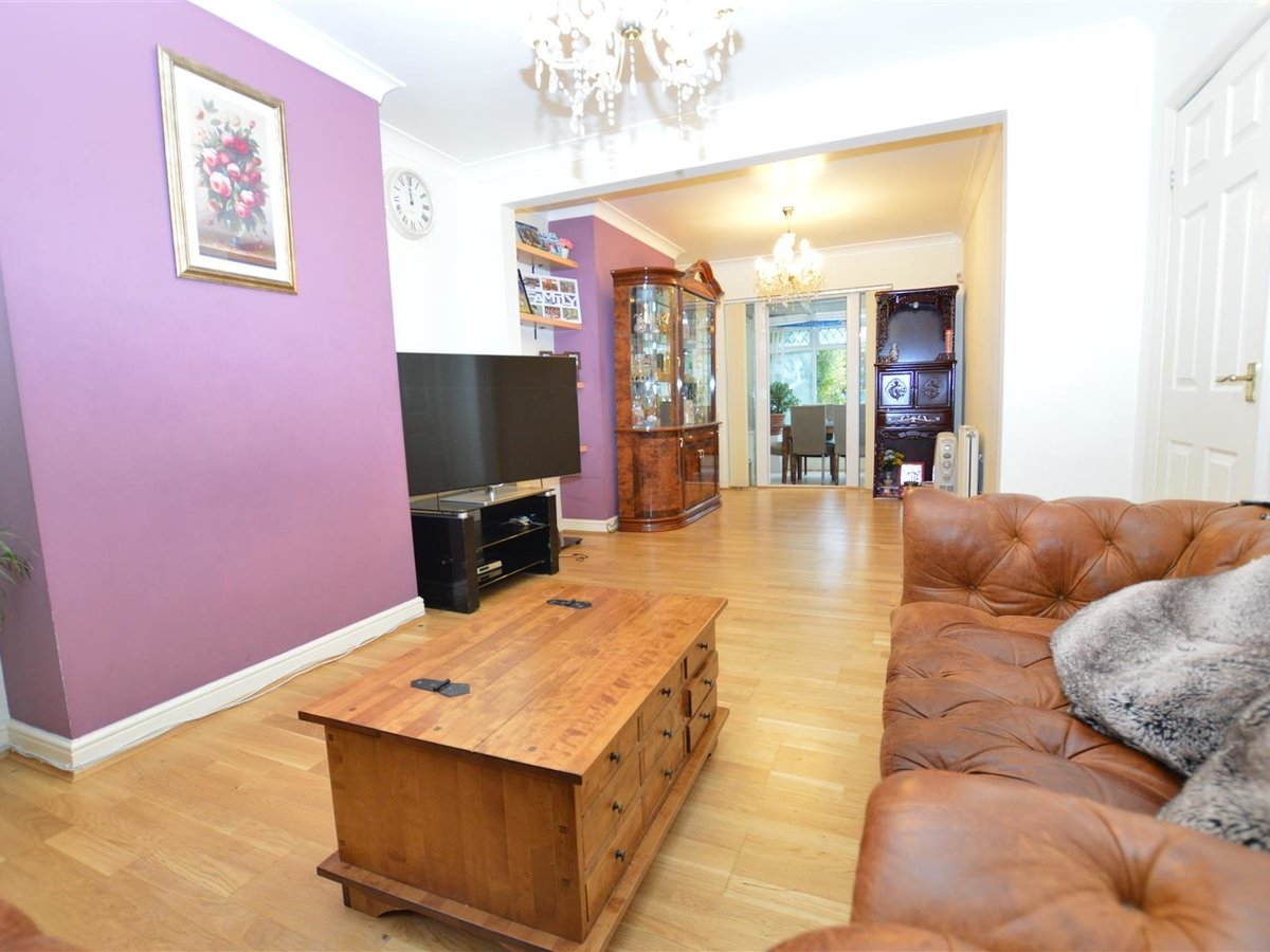 3 bedroom  House - Mid Terrace for sale in Dunstable - Slide 2