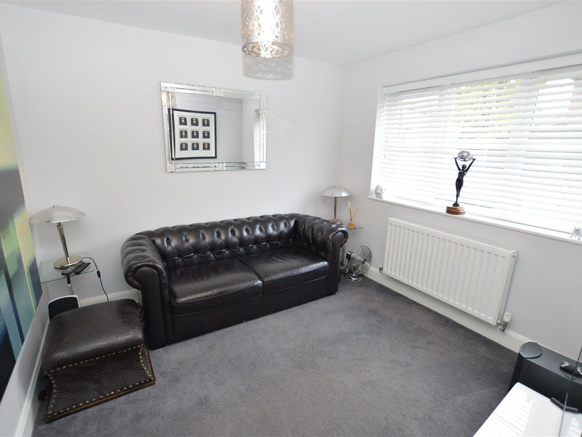 3 bedroom  House - Detached for sale in Dunstable - Slide 2