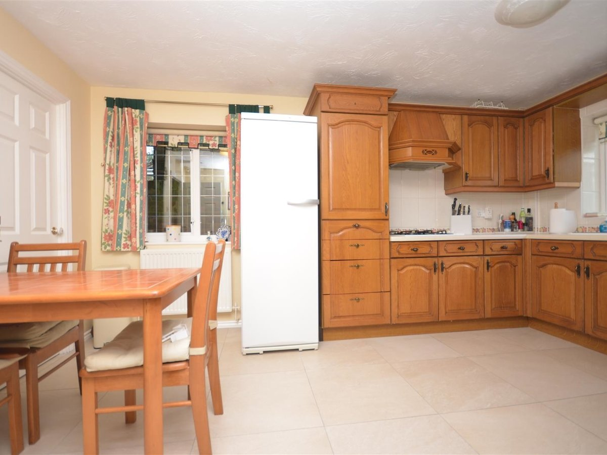 House - Detached for sale in Aylesbury - Slide 8