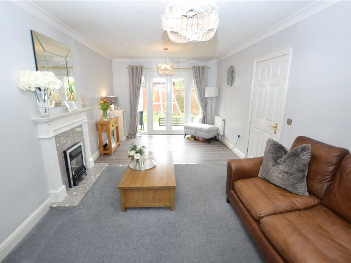 4 bedroom  House for sale in Dunstable - Slide 2