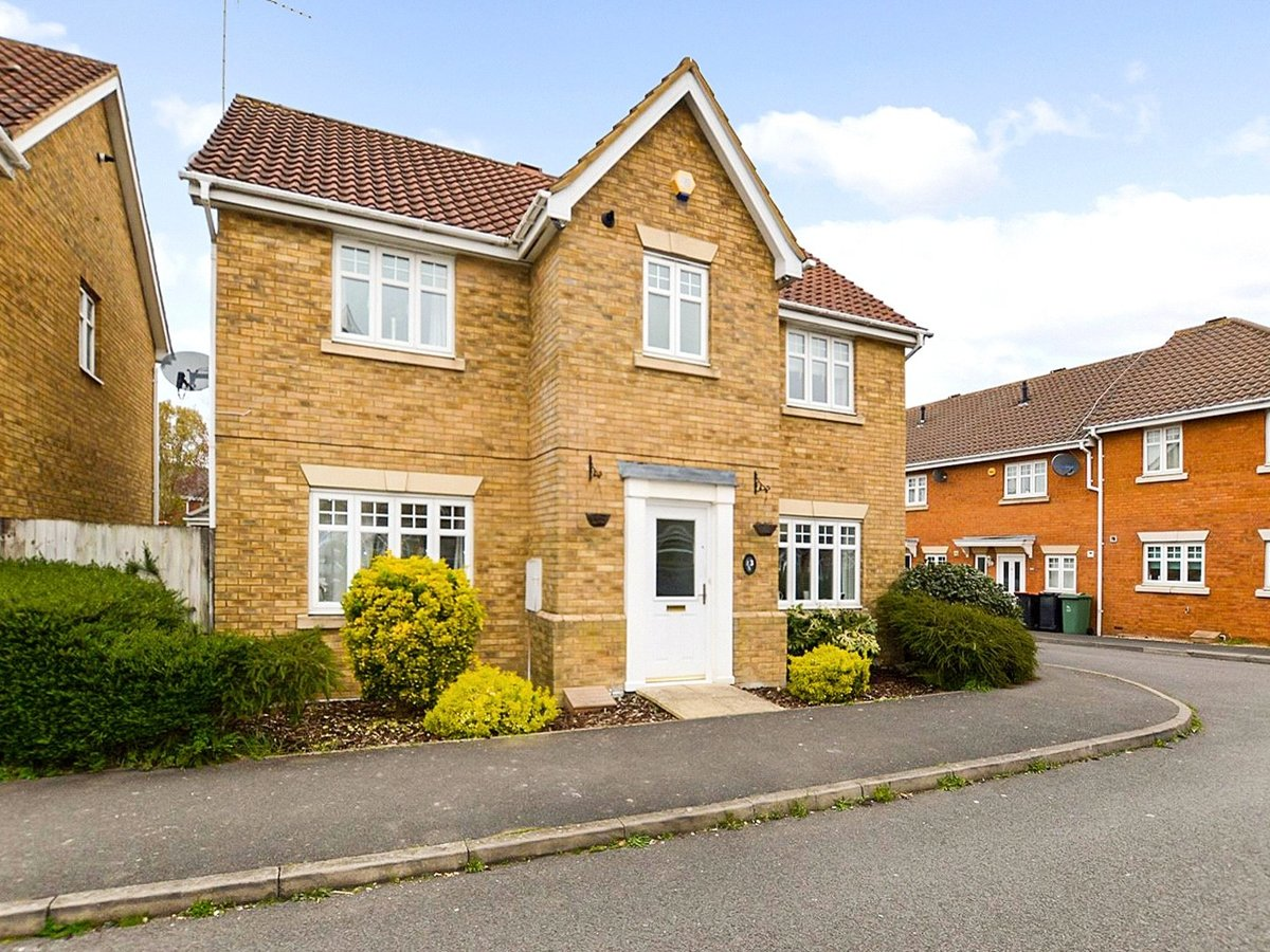 4 bedroom  House for sale in Dunstable - Slide 1