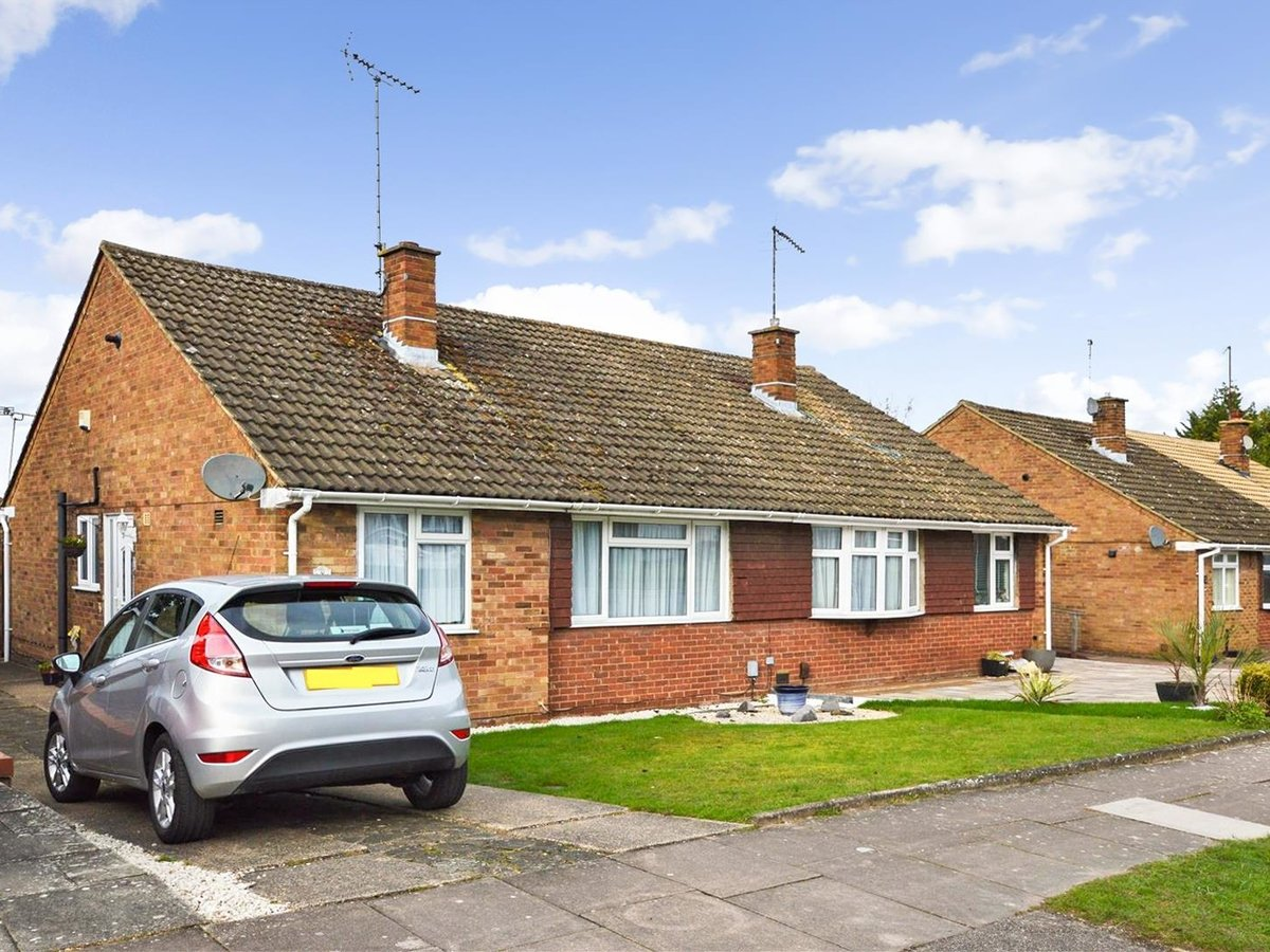 2 bedroom  Bungalow for sale in Bedfordshire - Slide 1