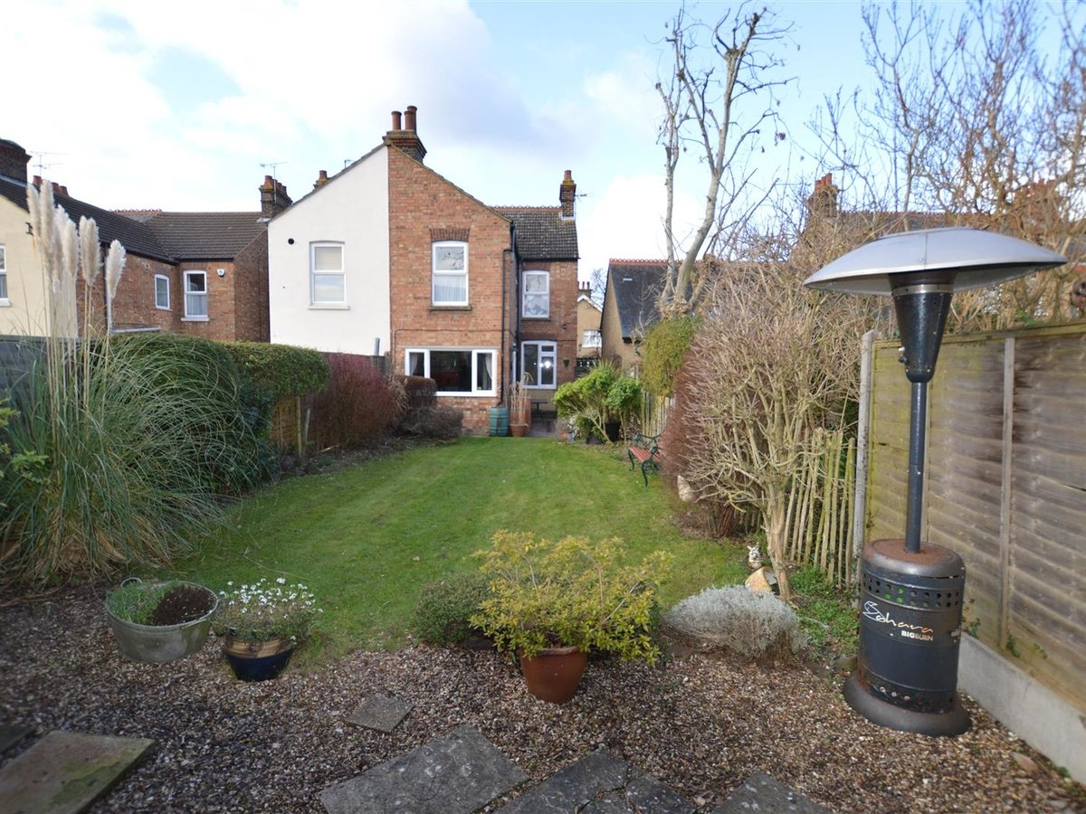 3 bedroom  House - Semi-Detached for sale in Dunstable - Slide 3
