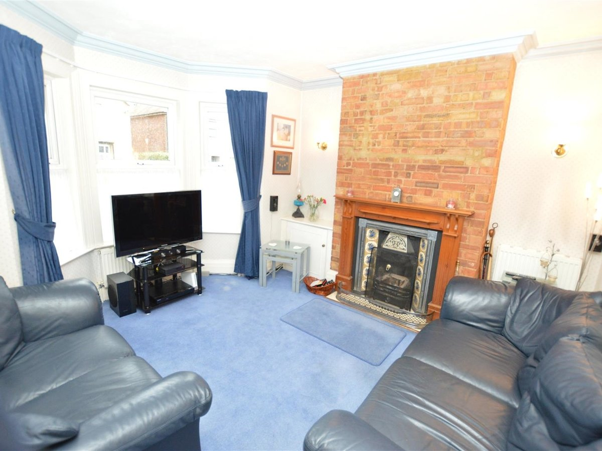 3 bedroom  House - Semi-Detached for sale in Dunstable - Slide 4