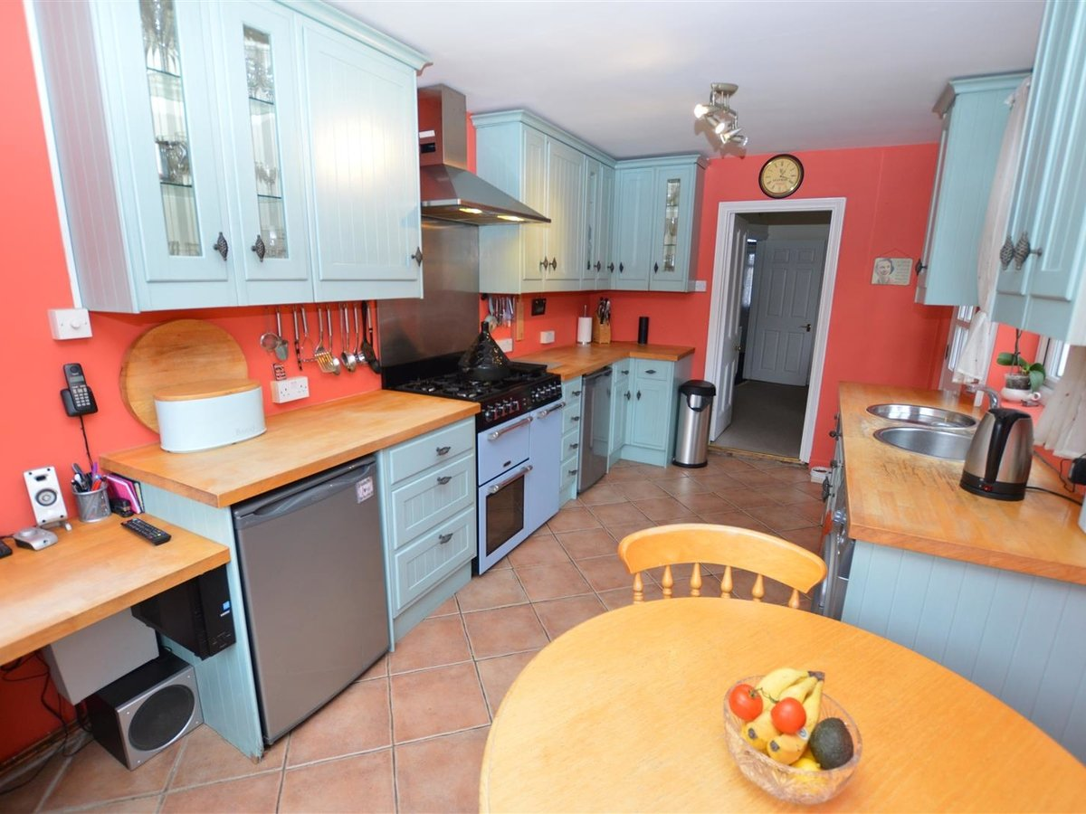 3 bedroom  House - Semi-Detached for sale in Dunstable - Slide 2