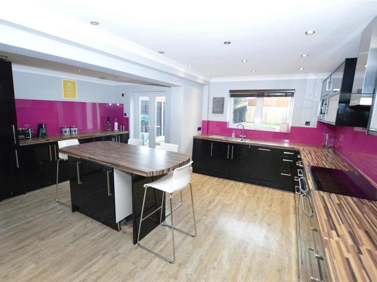 5 bedroom  House - Semi-Detached for sale in Dunstable - Slide 2