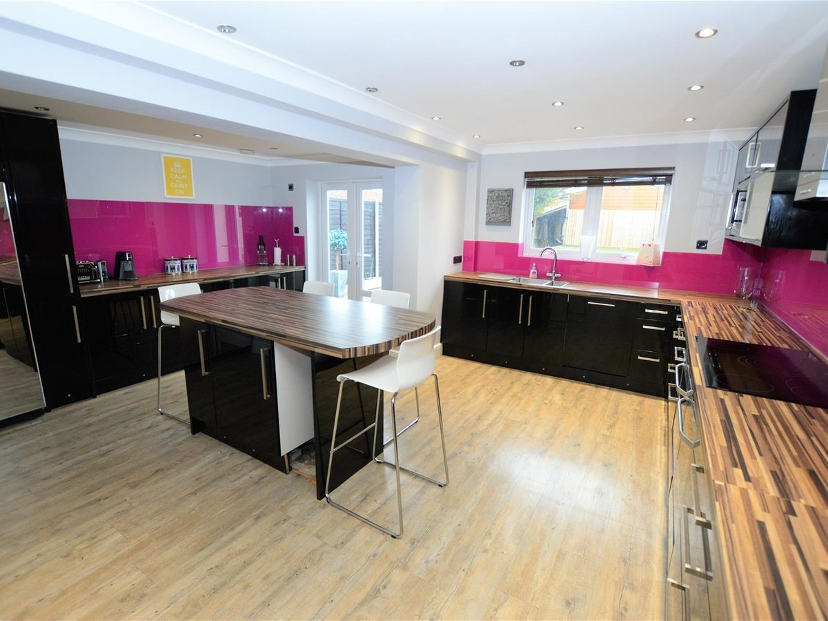 5 bedroom  House - Semi-Detached for sale in Dunstable - Slide 9