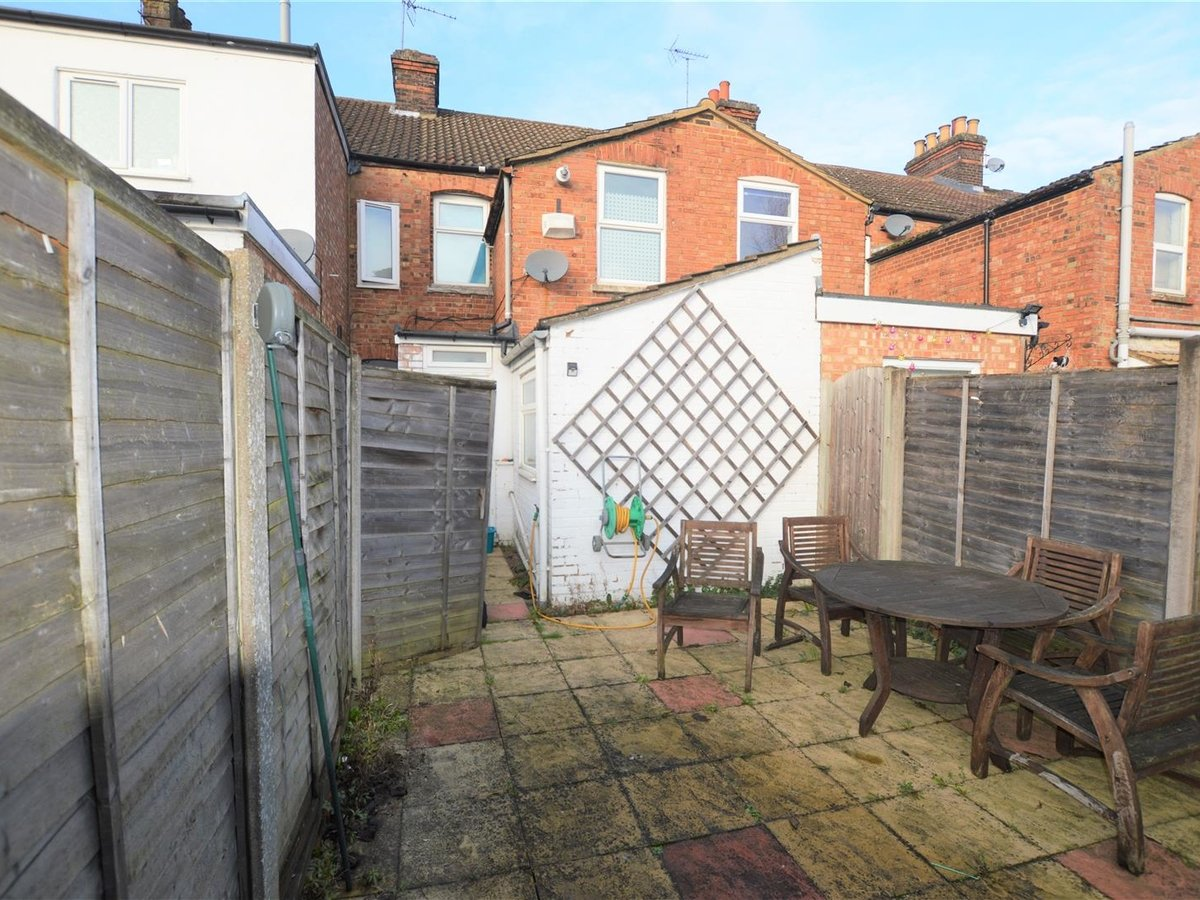 2 bedroom  House - Mid Terrace for sale in Dunstable - Slide 12