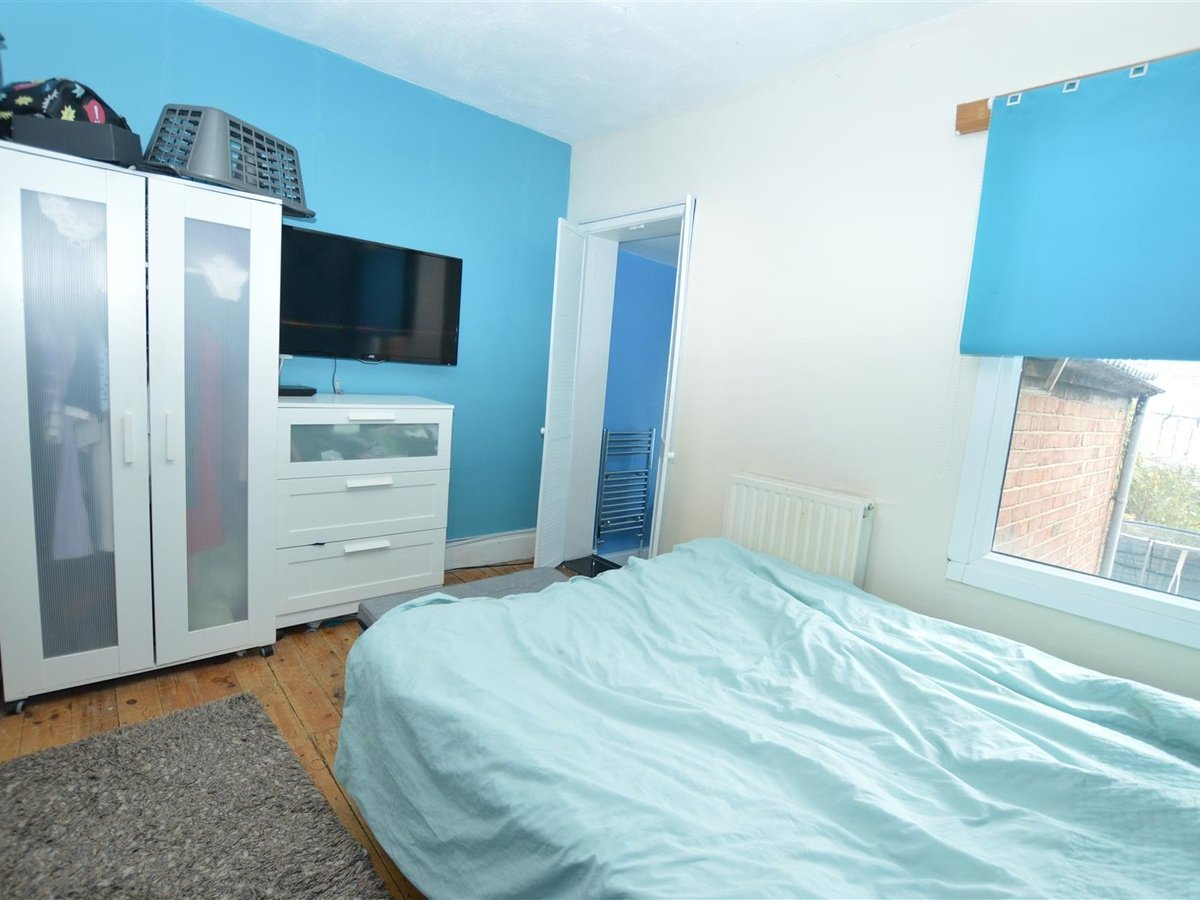 2 bedroom  House - Mid Terrace for sale in Dunstable - Slide 4