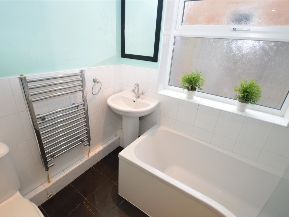 2 bedroom  House - Mid Terrace for sale in Dunstable - Slide 3