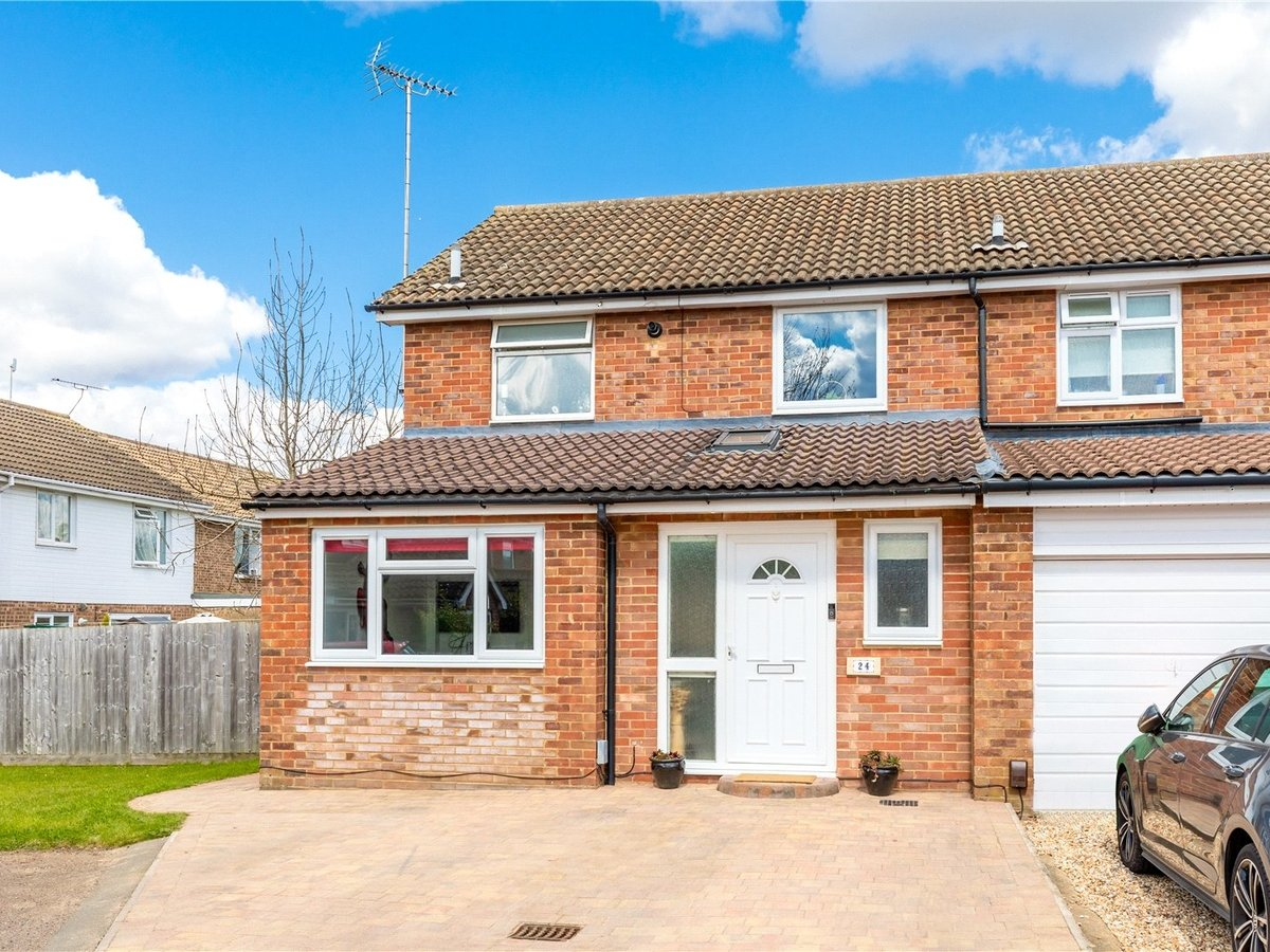 4 bedroom  House for sale in Leighton Buzzard - Slide 1