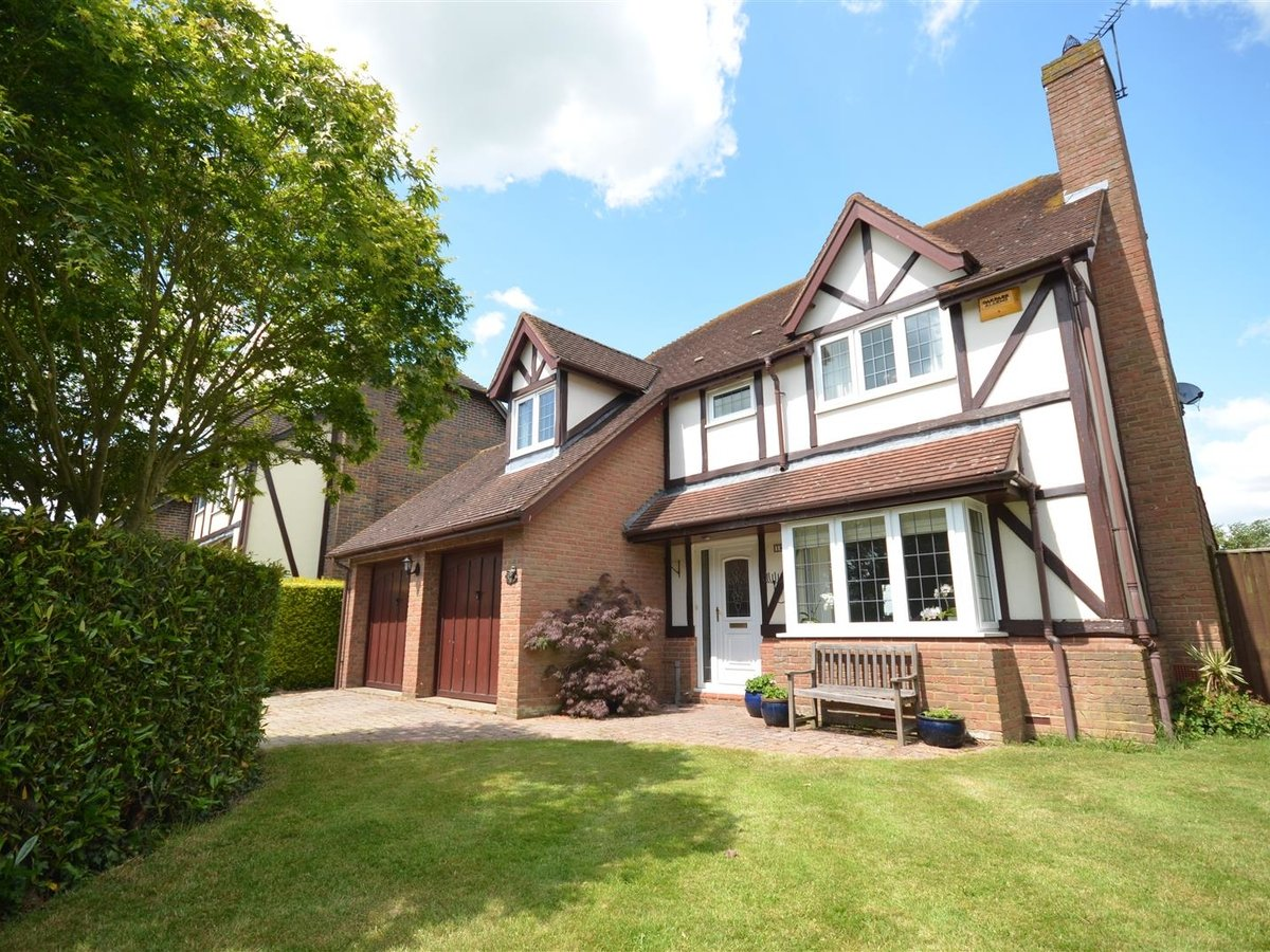 House - Detached for sale in Waddesdon - Slide 1