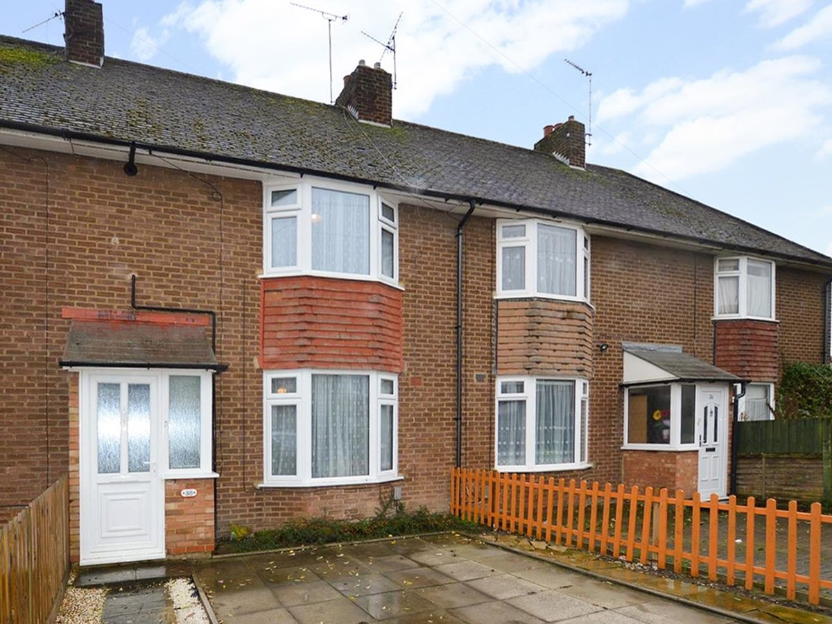 2 bedroom  House - Mid Terrace for sale in Dunstable - Slide 1