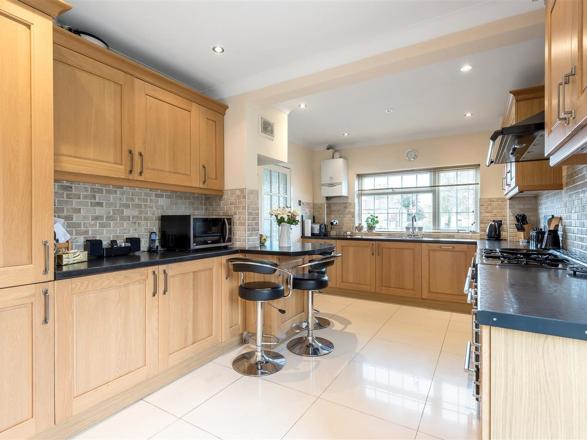 3 bedroom  House - Detached for sale in Dunstable - Slide 4