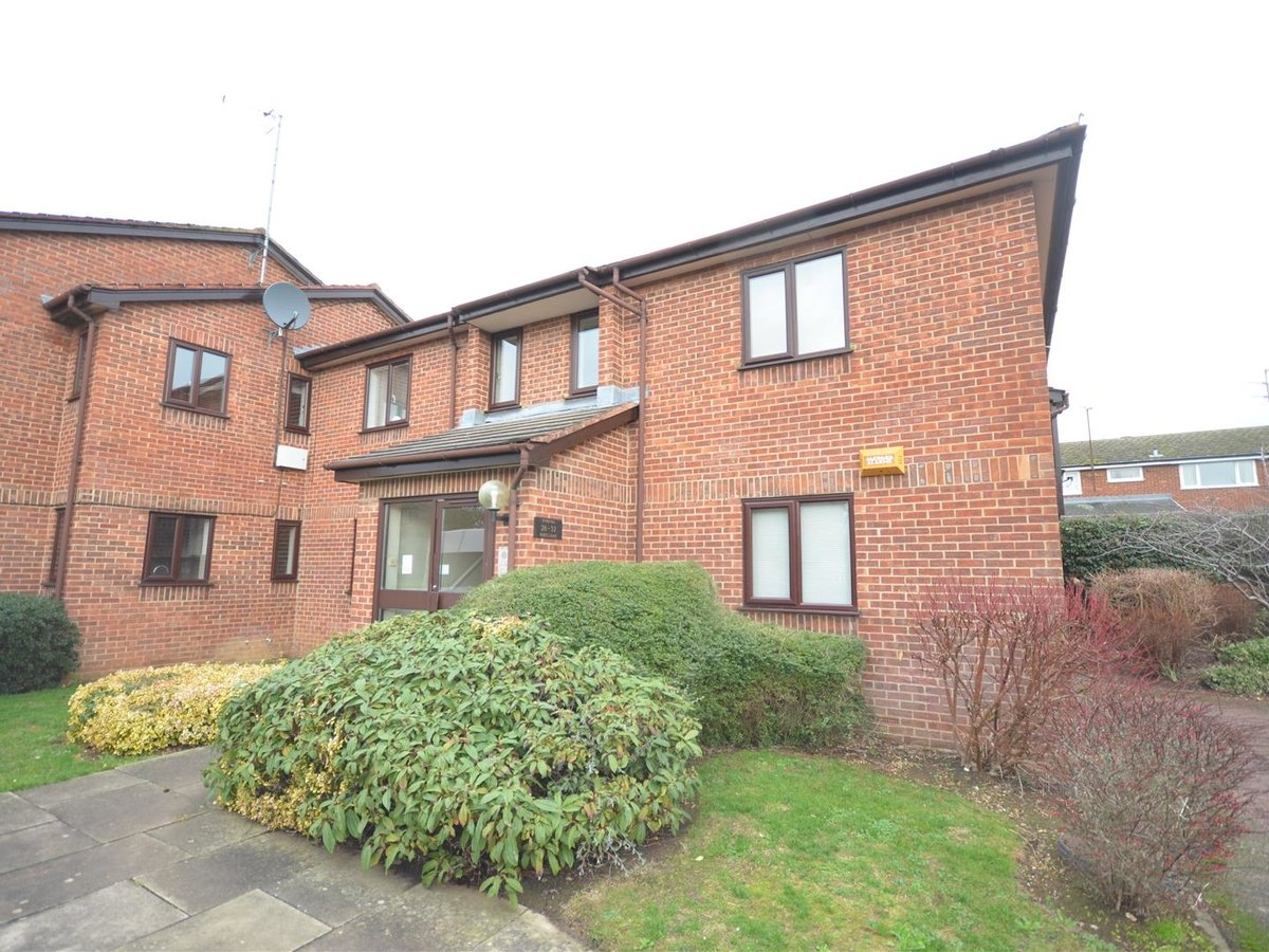 Flat for sale in Aylesbury - Slide 2