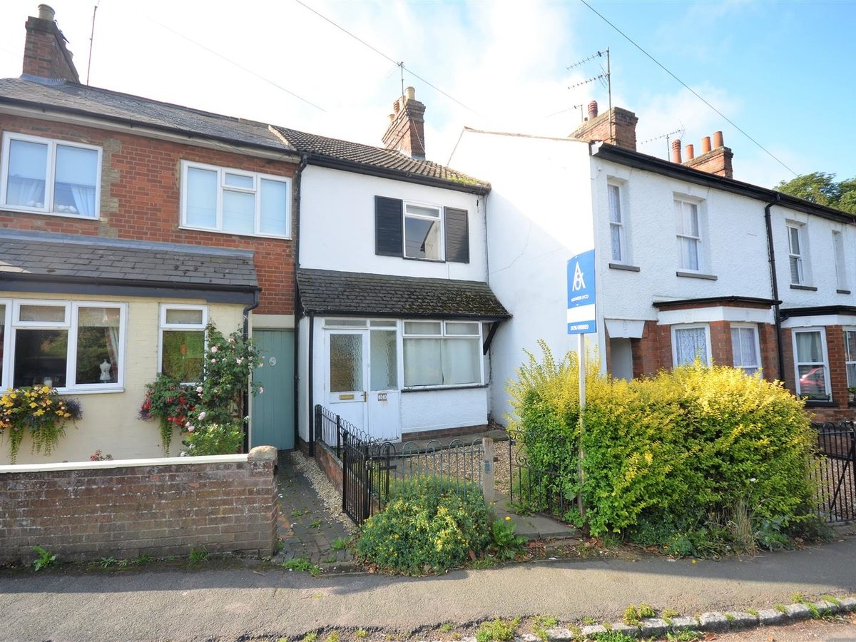 2 bedroom  House - Mid Terrace for sale in Leighton Buzzard - Slide 1