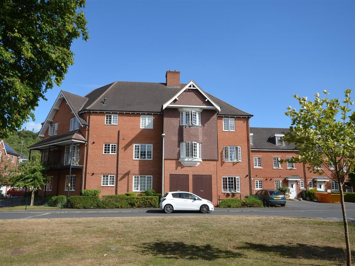 1 bedroom  Apartment for sale in Wendover. Aylesbury - Slide 1