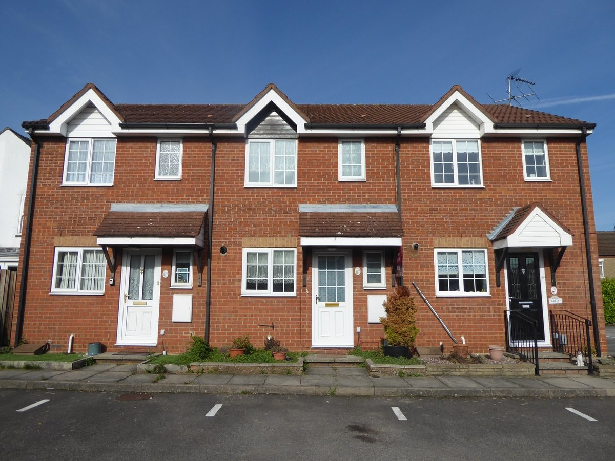2 bedroom  House to rent in Dunstable - Slide 1