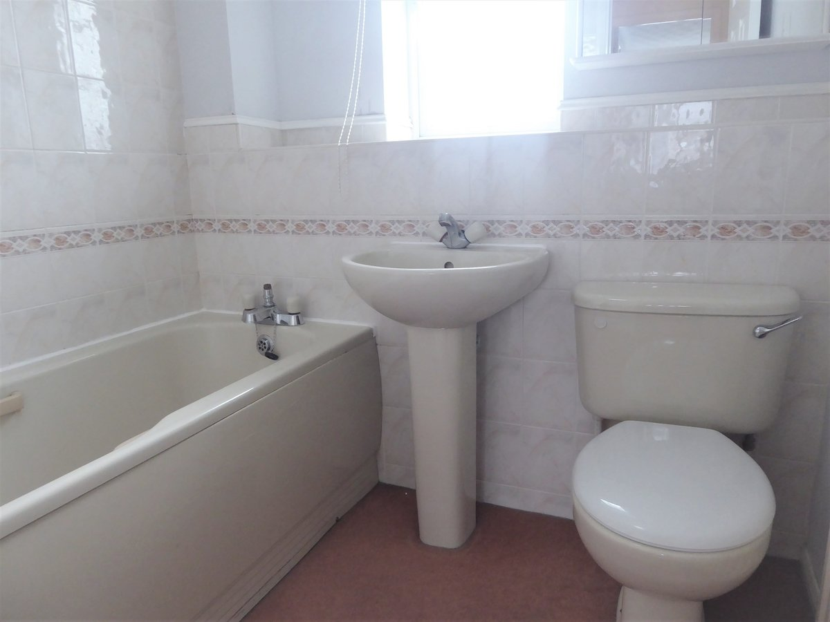 2 bedroom  House to rent in Dunstable - Slide 8