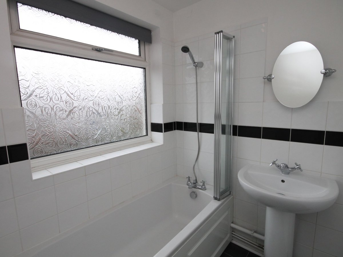 3 bedroom  House to rent in Aylesbury - Slide 9