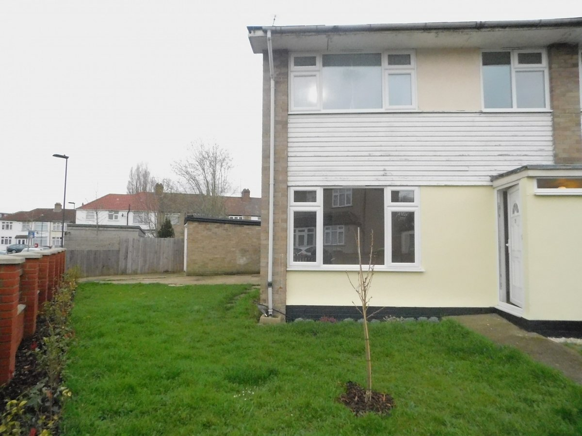 3 bedroom  House to rent in Harrow - Slide 1