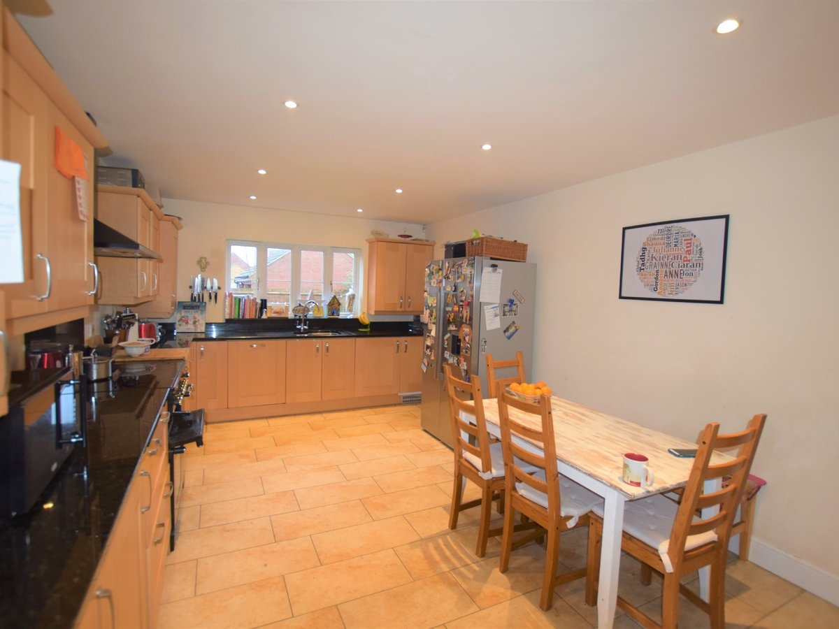 5 bedroom  House to rent in Bicester - Slide 7