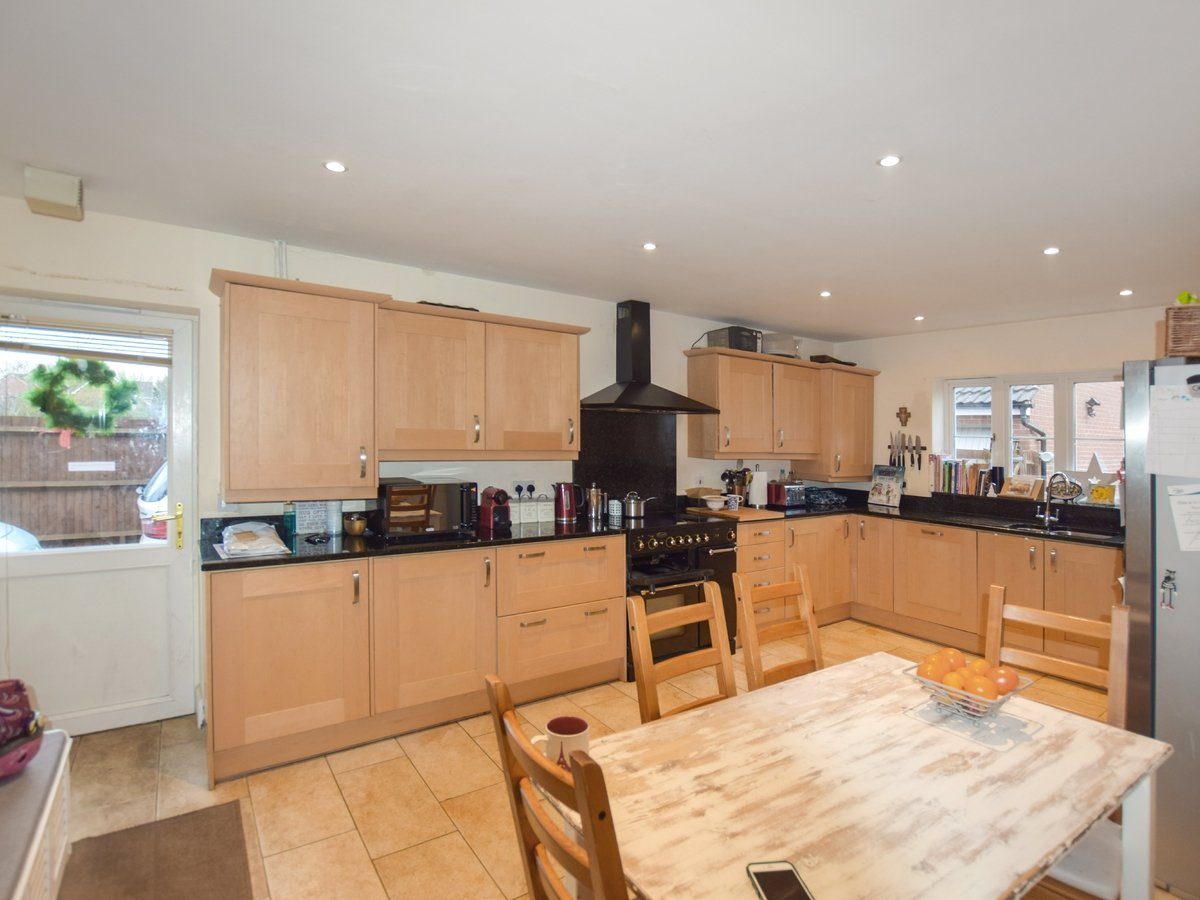 5 bedroom  House to rent in Bicester - Slide 6