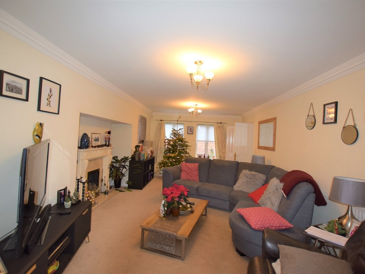 5 bedroom  House to rent in Bicester - Slide 2