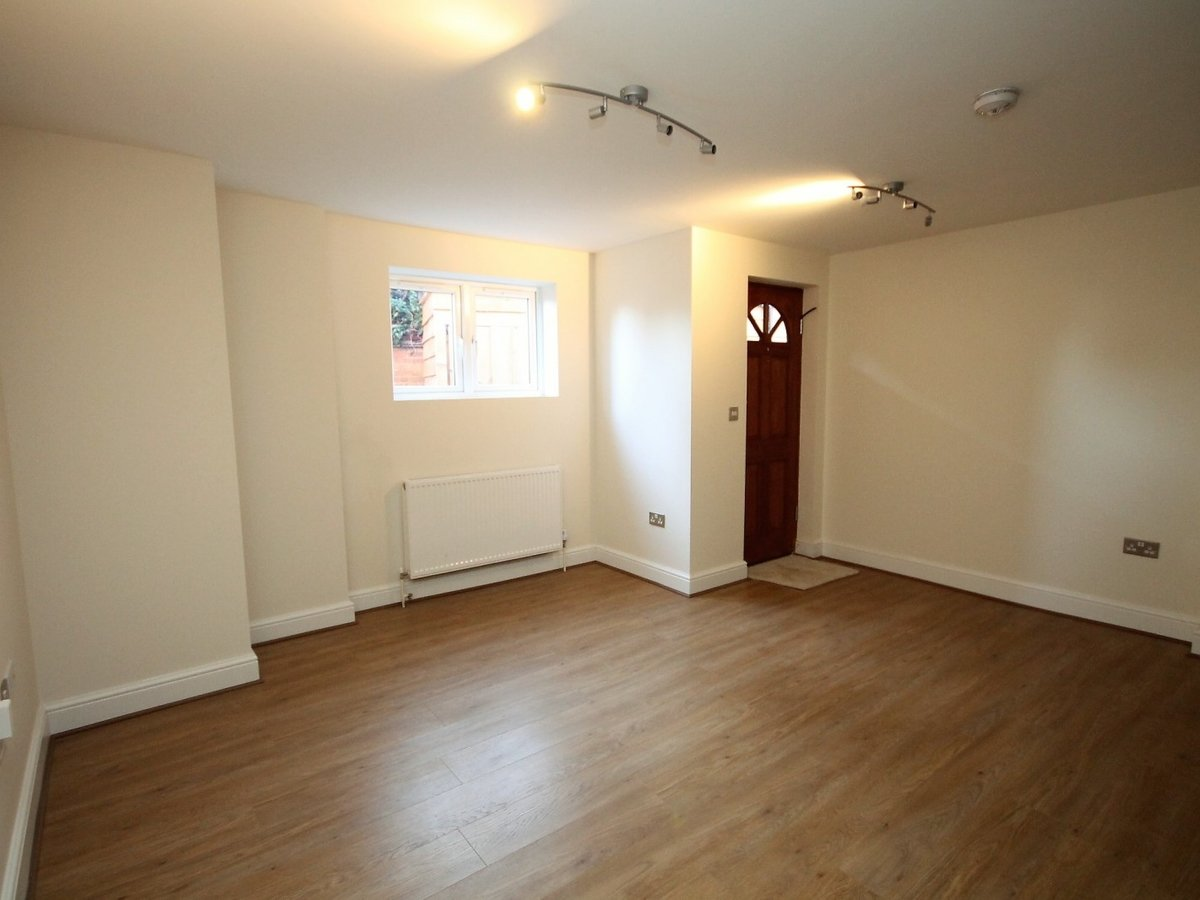 2 bedroom  Apartment to rent in Whitchurch - Slide 3