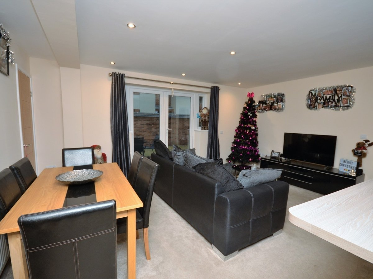 2 bedroom  Flat to rent in Whitchurch - Slide 3