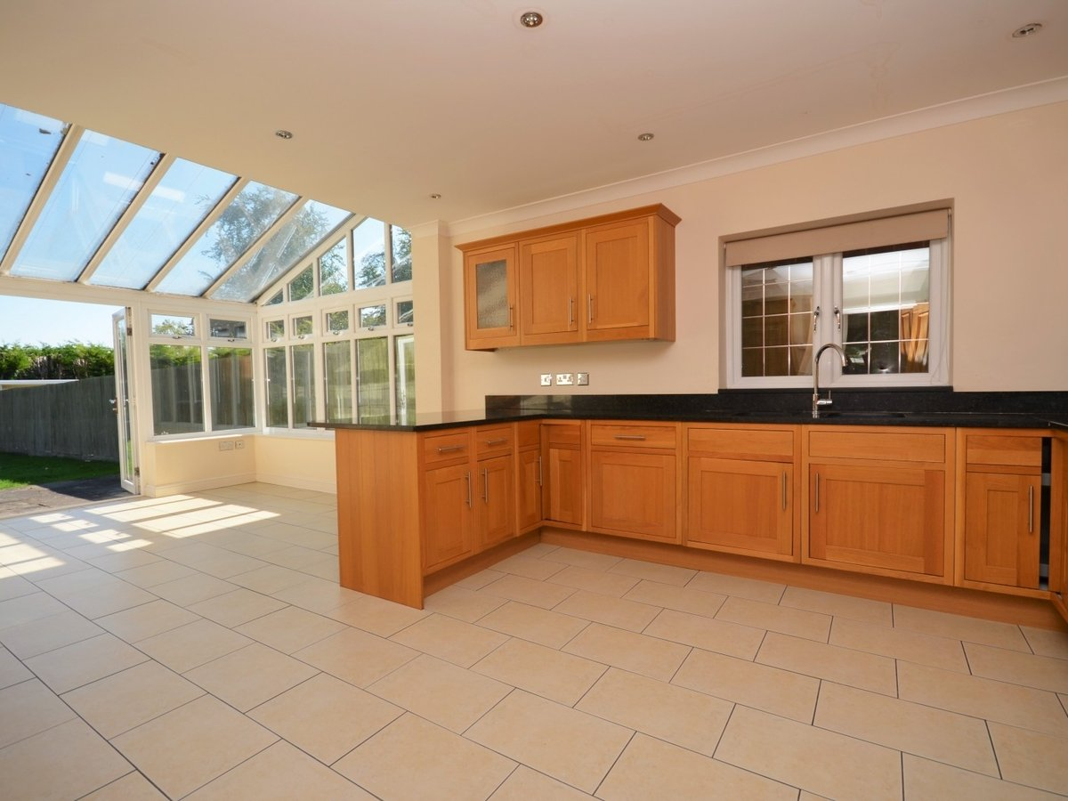 4 bedroom  House to rent in Weston Turville - Slide 4