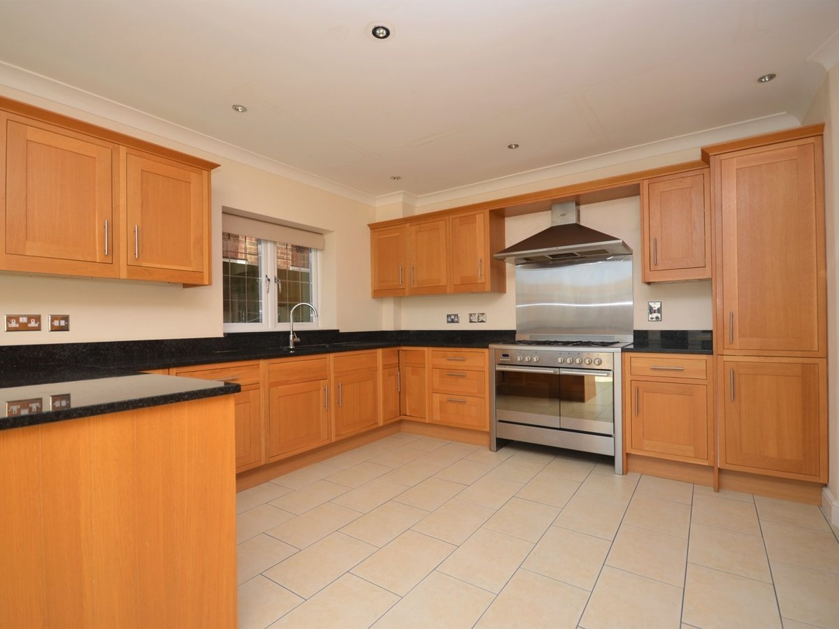 4 bedroom  House to rent in Weston Turville - Slide 3